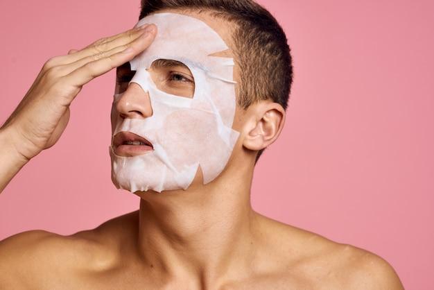 Joven cuidando su cuerpo y piel de la cara, facial en casa