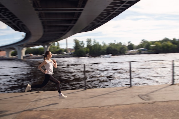 Joven deportista acelera mientras corre