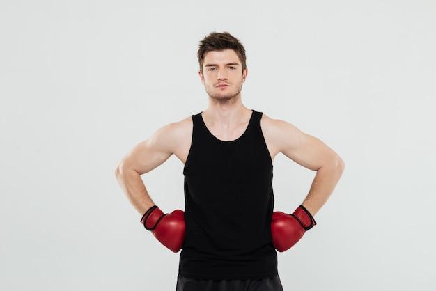 Joven deportista concentrado boxeador