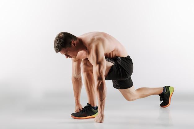 Joven deportista concentrado corredor