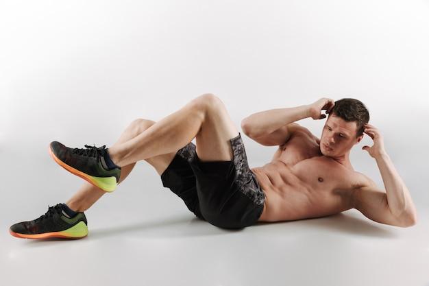 Joven deportista concentrado hacer ejercicios deportivos
