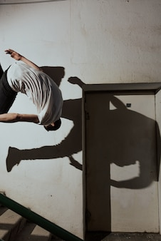 Joven deportista practicando el parkour.