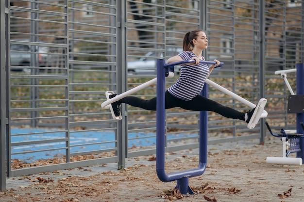 Joven deportiva hacer ejercicios de caminar en el gimnasio al aire libre