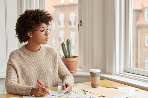 Joven director contemplativo de piel oscura piensa cómo repartir beneficios entre accionistas