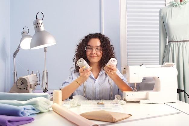 Joven diseñador creativo elige material para el trabajo