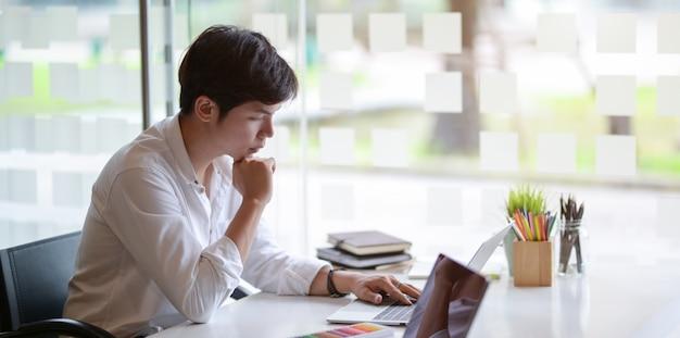 Joven diseñador gráfico profesional masculino trabajando en su proyecto