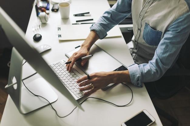 Joven diseñador gráfico trabajando en oficina