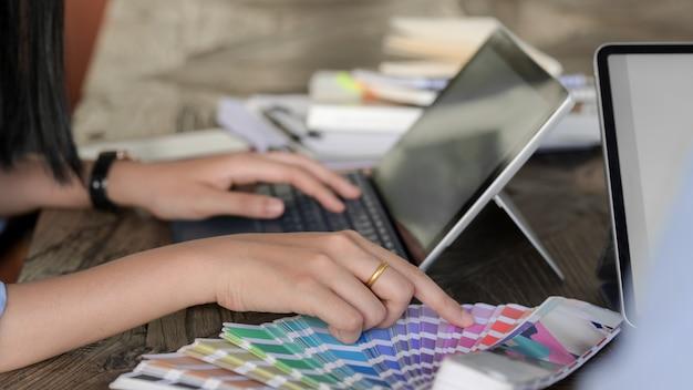 Joven diseñador profesional que elige el color para su proyecto