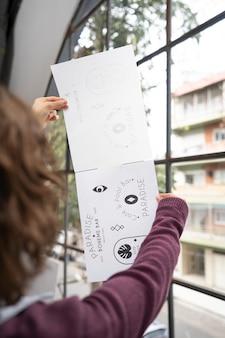 Joven diseñadora mirando sus logotipos
