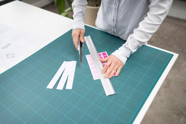 Joven diseñadora trabajando en un proyecto de logotipo