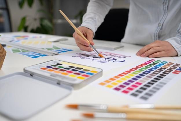 Joven diseñadora trabajando en un proyecto