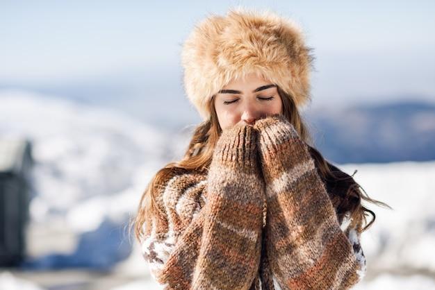 Joven disfrutando de las montañas nevadas en invierno