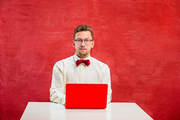 Joven divertido con laptop