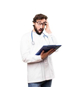 Joven doctor con un informe