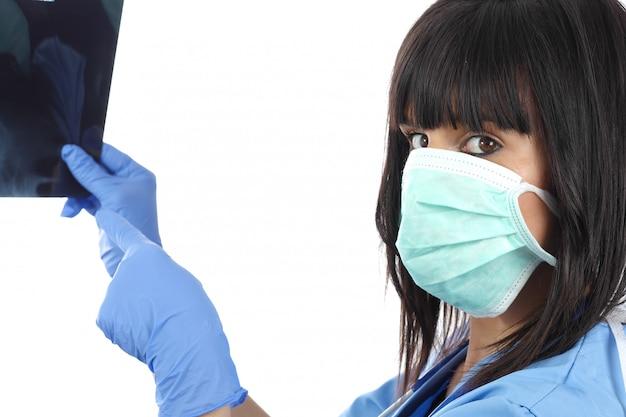 Joven doctora mirando a los pacientes de rayos x