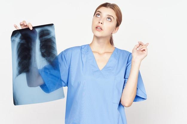 Joven doctora con radiografía