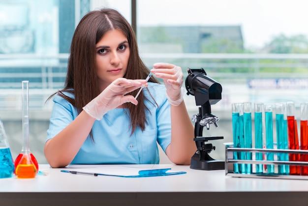 Joven doctora trabajando en el laboratorio