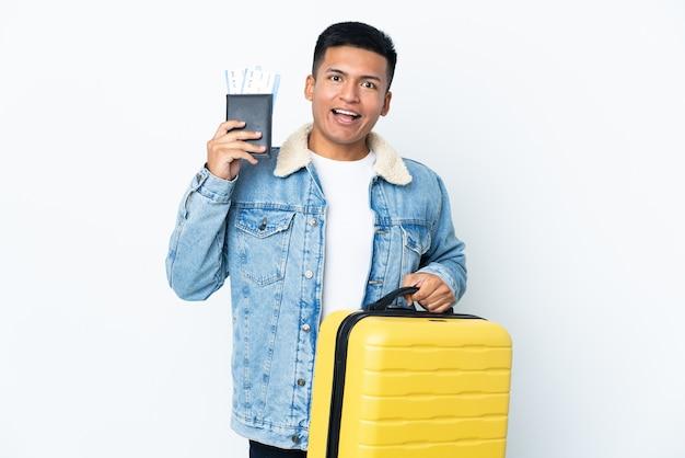 Joven ecuatoriano aislado en vacaciones con maleta y pasaporte