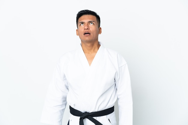 Joven ecuatoriano haciendo karate aislado