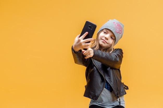 Joven elegante tomando selfie