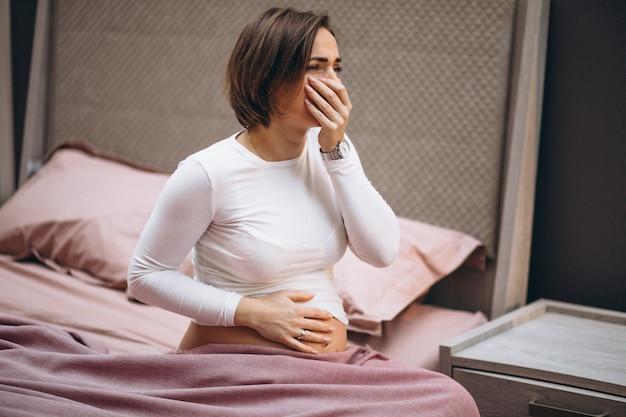 Joven embarazada con toxicosis en el primer trimestre