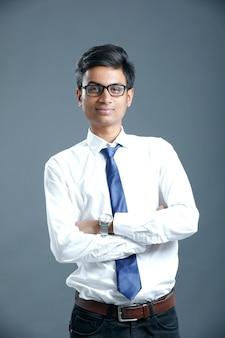 Joven empleado indio
