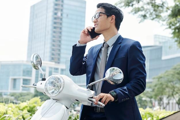 Joven emprendedor haciendo llamada telefónica