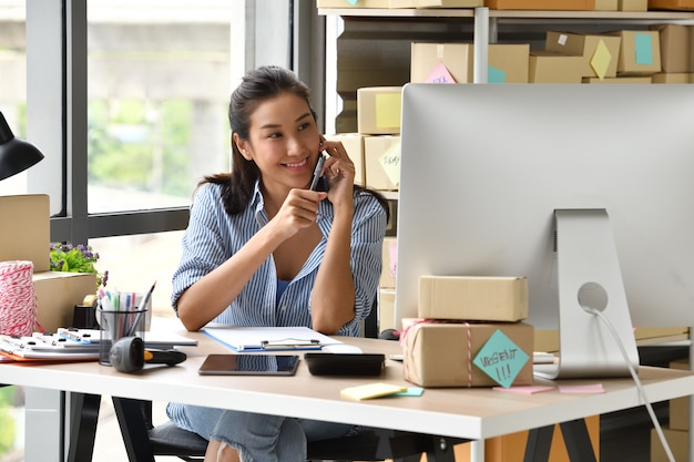 Joven empresaria asiática