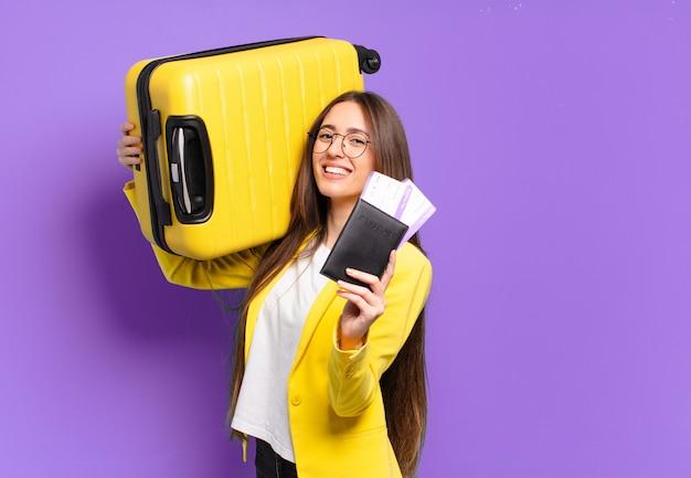 Joven empresaria bonita con una maleta