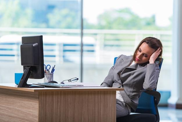 Joven empresaria cansada después de un largo día de trabajo