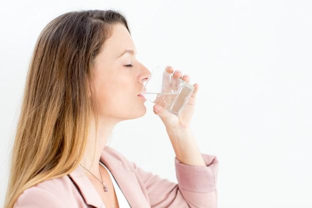 Joven empresaria disfrutando de agua potable