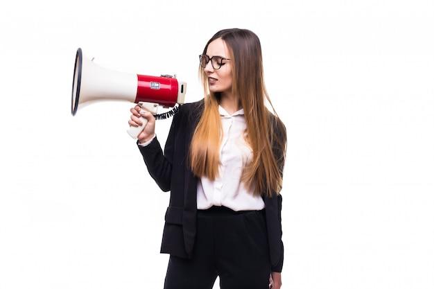 Joven empresaria gritando por altavoz en un blanco