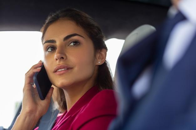 Joven empresaria. hermosa joven empresaria llamando a secretaria sentada cerca de marido