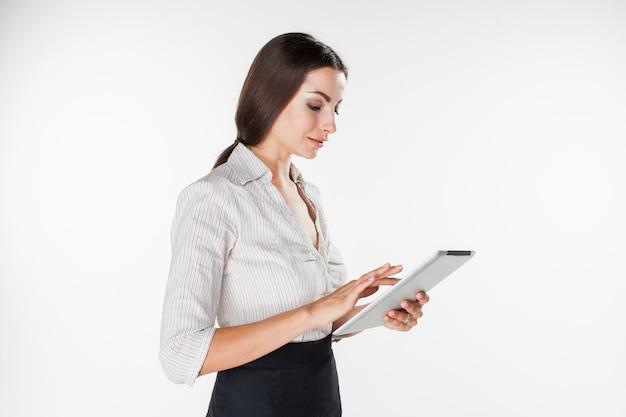 Joven empresaria con laptop