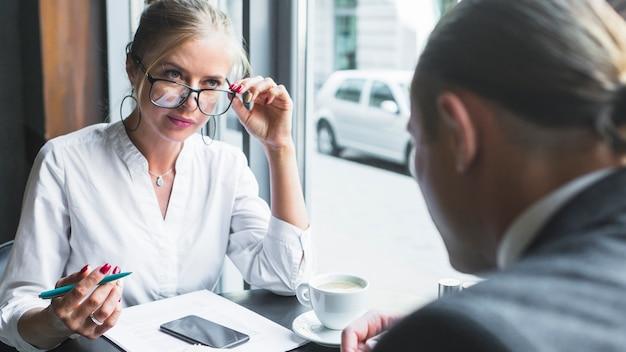 Joven empresaria mirando a su pareja en café
