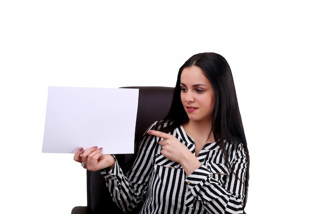 Joven empresaria en oficina con portapapeles en blanco