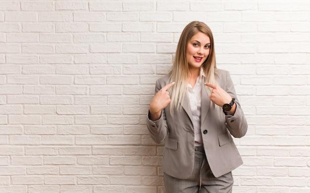 Joven empresaria rusa sorprendida, se siente exitosa y próspera