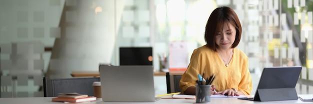 Joven empresaria sentada en el espacio de trabajo moderno