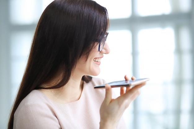 Joven empresaria con smartphone