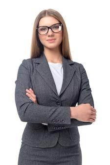 Joven empresaria sonriente aislada