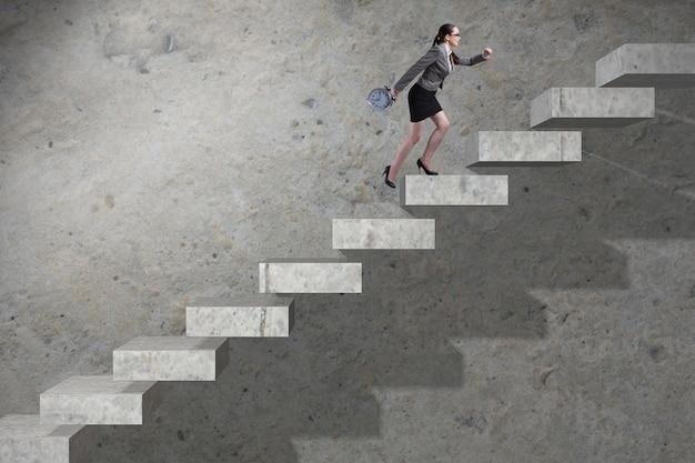 Joven empresaria subiendo escalera de carrera
