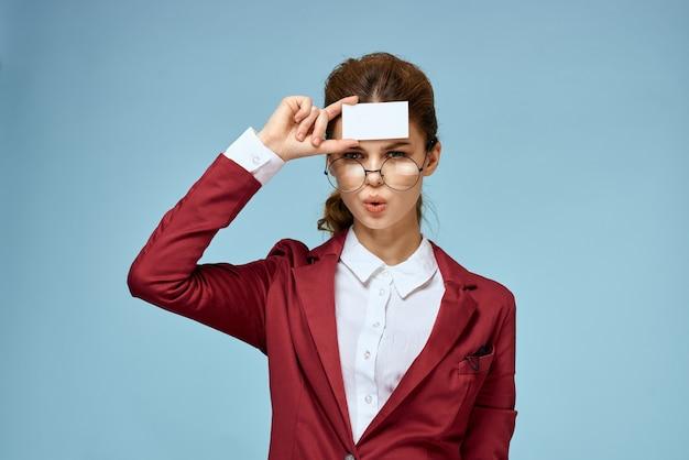Joven empresaria con tarjeta en mano