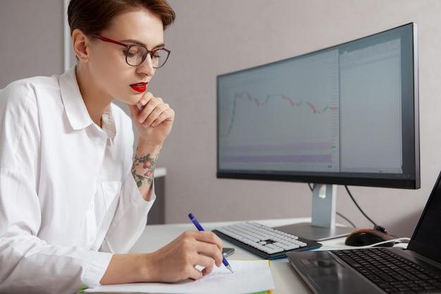 Joven empresaria trabajando en su computadora