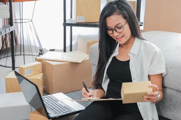 Joven empresaria usando laptop trabaja en casa