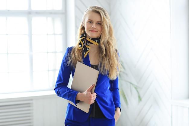 Joven empresaria en vestido azul