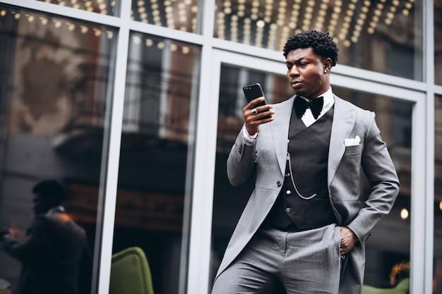Joven empresario africano con teléfono