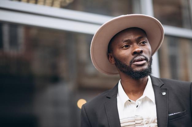 Joven empresario africano en traje elegante