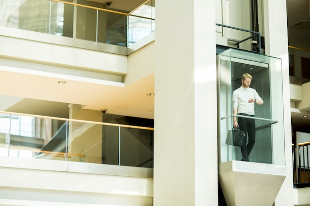 Joven empresario en el ascensor
