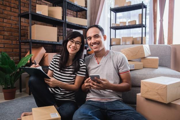 Joven empresario asiático en línea