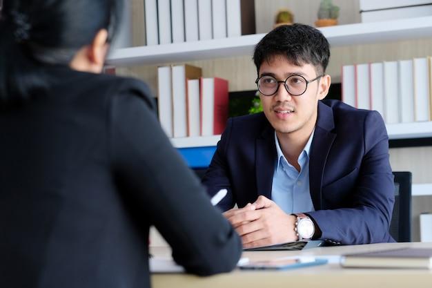 Joven empresario asiático en reunión de negocios